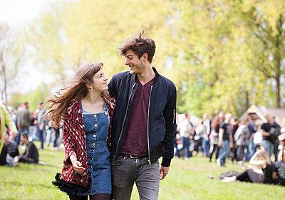 Paar beim Festival - p981m1446281 von Franke + Mans