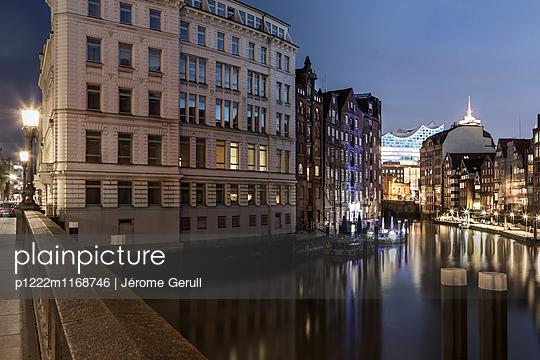 Speicherstadt mit Blick auf die Elbphilharmonie - p1222m1168746 von Jérome Gerull