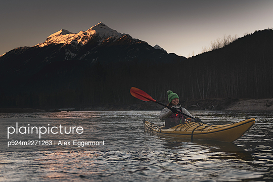 Canada, British Columbia, Woman kayaking in Squamish River - p924m2271263 by Alex Eggermont