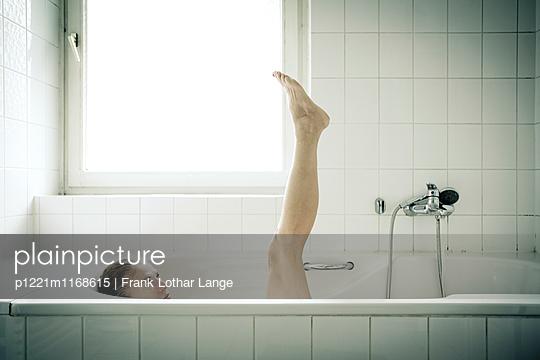 Frau in der Badewanne - p1221m1168615 von Frank Lothar Lange