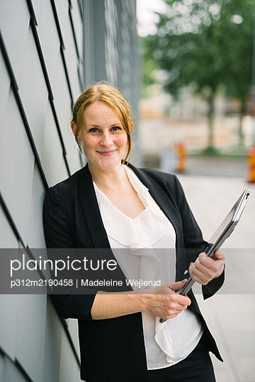 Businesswoman looking at camera - p312m2190458 by Madeleine Wejlerud