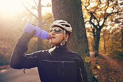 Wasser trinken im Wald - p1613m2245253 von pohlit