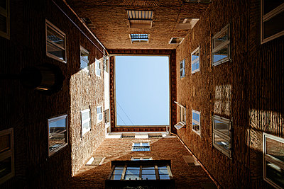 Spein, backyard of multi-family house, view from below - p300m948826 by Javier Pardina