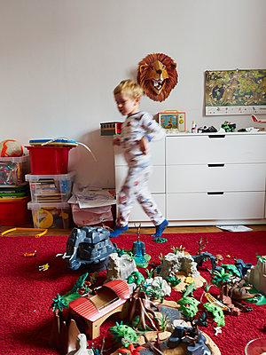 Kleiner Junge im Kinderzimmer - p358m1217517 von Frank Muckenheim