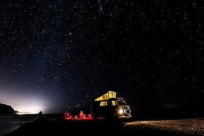 Sommerurlaub mit dem Van - p713m2215873 von Florian Kresse