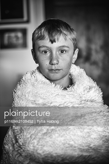 Boy wrapped in white blanket - p1169m2108452 by Tytia Habing