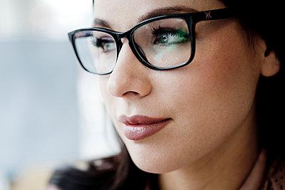 Junge Frau mit Brille - p1221m1150122 von Frank Lothar Lange