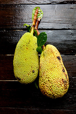 Tropische Frucht Jackfruit - p637m2008482 von Florian Stern