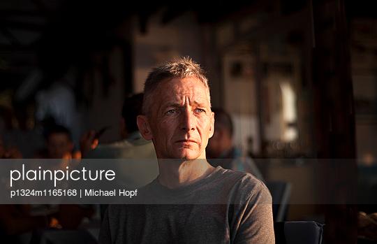 Porträt eines nachdenklichen reifen Mannes  - p1324m1165168 von michaelhopf
