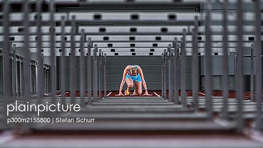 Germany, Baden Wurttemberg, Winterbach, Female hurdler right before sprint - p300m2155800 by Stefan Schurr