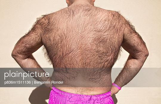 ada4c9ea14 plainpicture - plainpicture p836m1511136 - Man in bathing suit ...