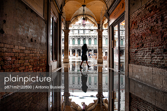 St. Mark's Square flooded by high tide, Venice, UNESCO World Heritage Site, Veneto, Italy - p871m2122890 by Antonio Busiello