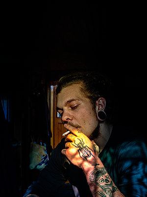 Young man with cigarette, portrait - p1267m2278527 by Jörg Meier