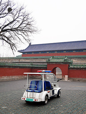 China, Beijing, electric vehicle parking in front of Temple of Heaven - p300m1047347 by Pascal Miller