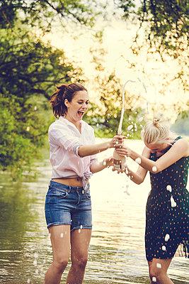 Feiern am Fluss - p904m932331 von Stefanie Päffgen