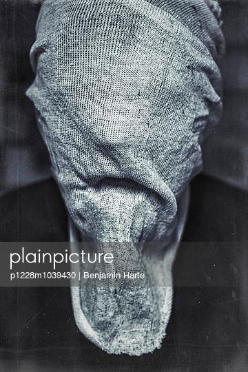 Hooded figure - p1228m1039430 by Benjamin Harte