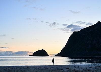 Frau am Strand bei Nacht - p1124m1165667 von Willing-Holtz