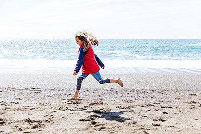 Am Strand - p756m1042797 von Bénédicte Lassalle