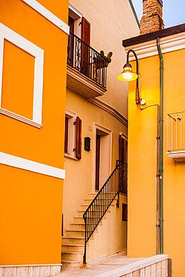 Italy, Molise, Termoli, Old town, house, orange facade, narrow - p300m2029386 by Flavia Morlachetti