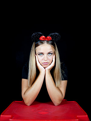 Young woman wearing mickey mouse ears - p1105m2115303 by Virginie Plauchut