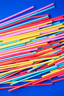 Drinking straws made of plastic - p1149m2092465 by Yvonne Röder