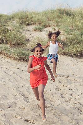 Girls running on the beach - p1323m2015151 von Sarah Toure