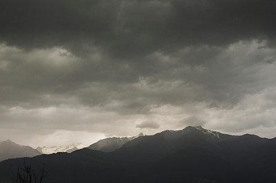 Schlechtes Wetter in den Alpen - p335m813197 von Andreas Körner