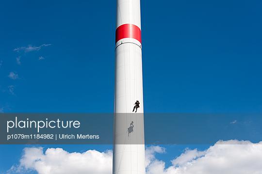 Kletterer im Seil am Windkraftturm - p1079m1184982 von Ulrich Mertens