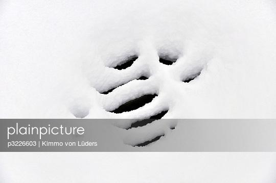 Die Decke des Abwasserkanales im Schnee - p3226603 von Kimmo von Lüders