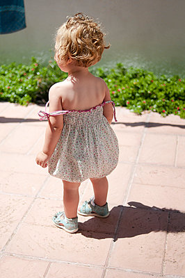 Little girl in summer dress - p951m958835 by Caterina Sansone