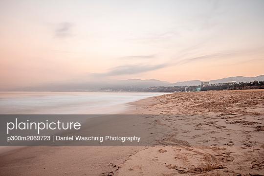 USA, California, Santa Monica, beach and sea at twilight - p300m2069723 by Daniel Waschnig Photography
