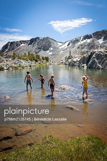 Bathing fun - p756m2125745 by Bénédicte Lassalle