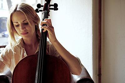 Frau mit Cello  - p1330m1203618 von Caterina Rancho