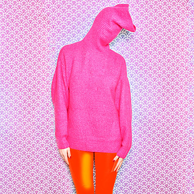 Woman in pink sweater - p1413m2150859 by Pupa Neumann