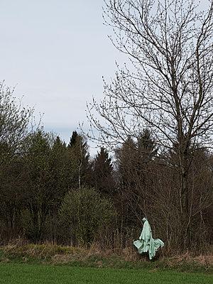 Müllsack am Waldrand - p240m1468129 von Valerie Wagner