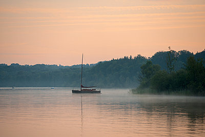 Germany, Bavaria, morning mood on Lake Starnberg near St. Heinrich - p300m1505242 by Lisa und Wilfried Bahnmüller
