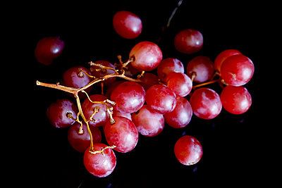 Red grapes on black ground - p300m1581431 von Thomas Jäger