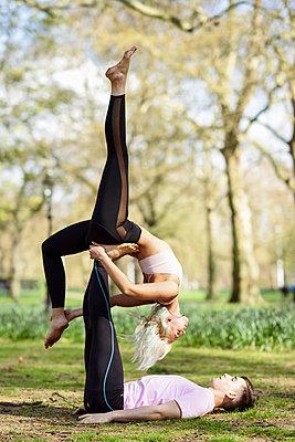 Young couple doing yoga acrobatics in an urban park - p300m2103180 by Javier Sánchez Mingorance