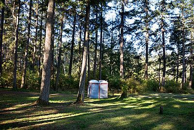 Portable toilets in park - p836m1425895 by Benjamin Rondel