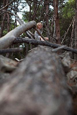 Kleines Mädchen im Wald - p906m1362784 von Wassily Zittel