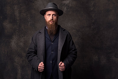 Man with hat, portrait - p947m2175984 by Cristopher Civitillo