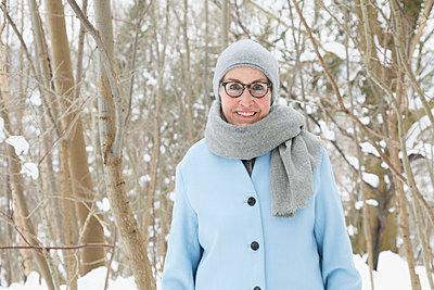 Im verschneiten Wald  - p981m1590419 von Franke + Mans