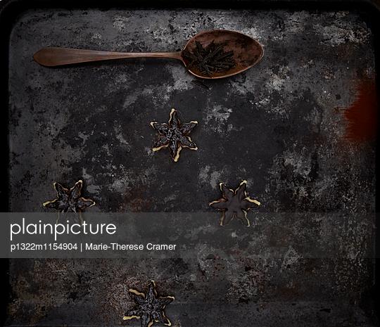 dunkle Schokoladenplätzchen mit Marzipan - p1322m1154904 von Marie-Therese Cramer