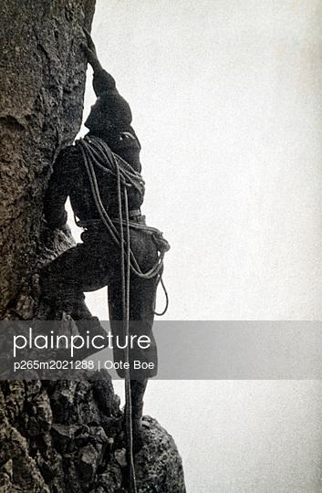 Bergsteiger in einer Steilwand - p265m2021288 von Oote Boe