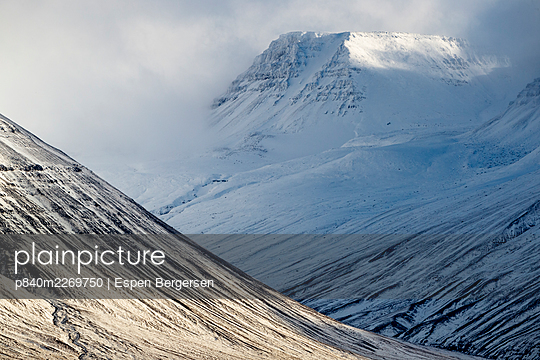 Mountains with snow in the area of Holar, Iceland. October. - p840m2269750 by Espen Bergersen
