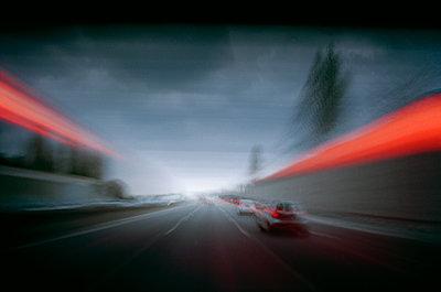 Straßenverkehr und rotes Neonlicht - p1270m1114582 von Cédric Porchez