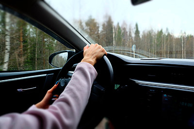 Woman driving left hand drive vehicle, close-up - p429m1447996 by Aliyev Alexei Sergeevich