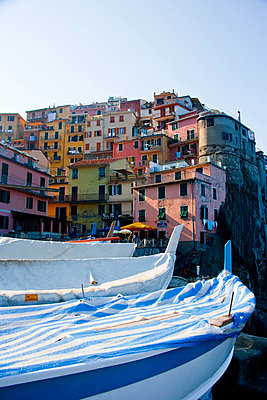 View of colourful buildings in Manarola in Cinque Terra; Manarola, Liguria, Italy - p644m728792 by Carlos Sanchez Pereyra