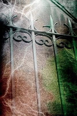 Zaun mit Gewitterhimmel - p9790341 von Weber-Decker
