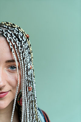 Woman with dreadlocks - p427m2076134 by Ralf Mohr